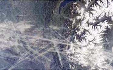 Műholdfelvétel Lyon és Genf környékéről, 2002-ből. A képen feltűnőek az egymást keresztező vonalak és sakktáblaminták